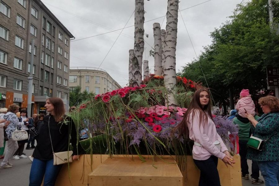 Фото Флористы из всего мира украсили улицы Новосибирска 2