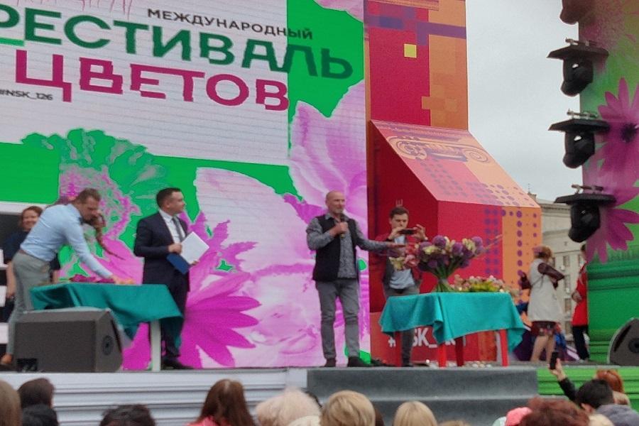 Фото Флористы из всего мира украсили улицы Новосибирска 4