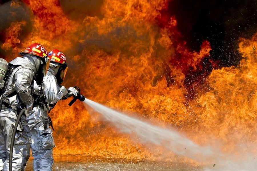 Пожилого мужчину-инвалида вынесли из огня пожарные в Томске
