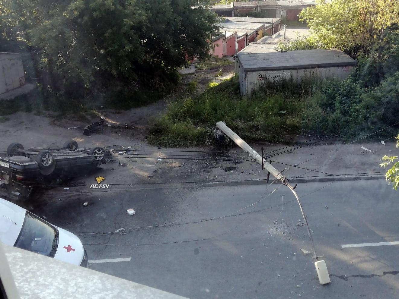 фото Сбили столб и перевернулись на крышу: ДТП на улице Народной в Новосибирске 2