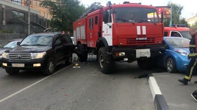 фото Дым над городом: в центре Новосибирска спасатели потушили пожар в частном доме 2