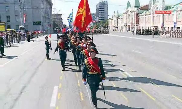 фото «Машина времени или прошлогодний повтор»: новосибирцы не поверили в парад Победы на площади Ленина 2