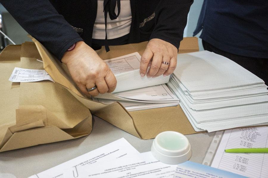 Бюллетени жителей Северной столицы подписывали третьи лица