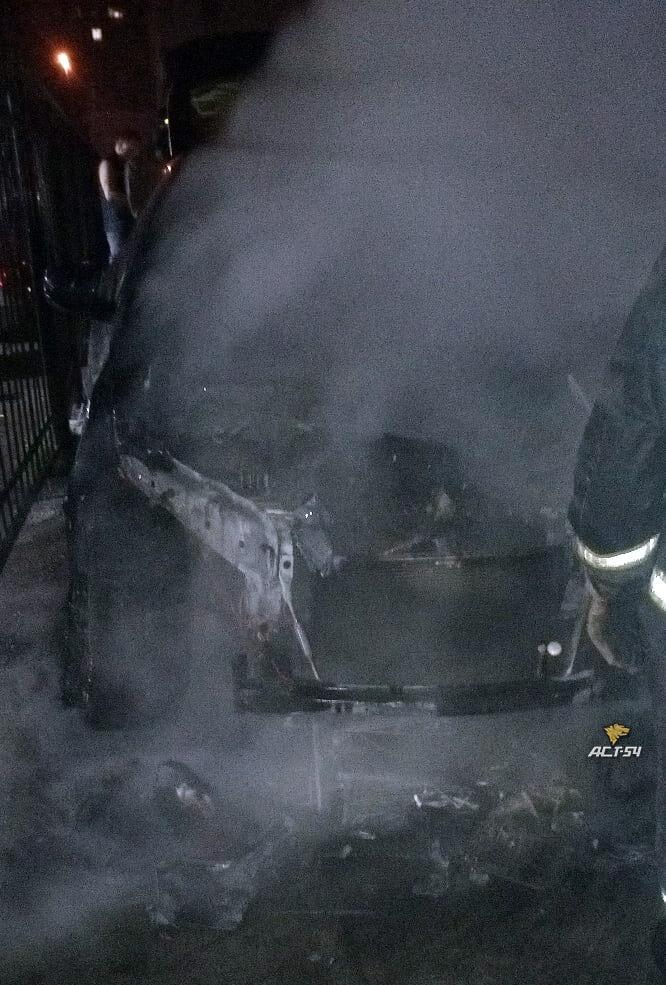 фото БМВ сгорел ночью в центре Новосибирска 2