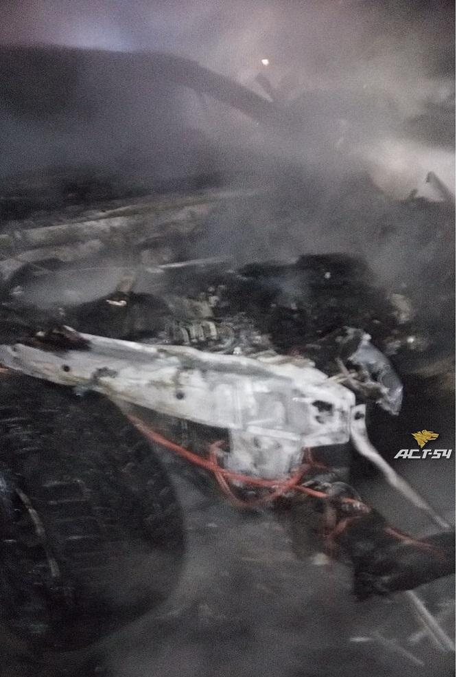 фото БМВ сгорел ночью в центре Новосибирска 3