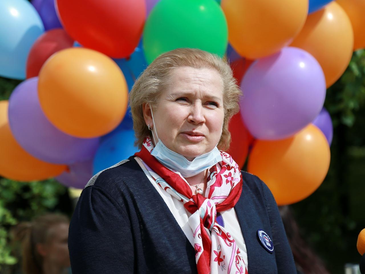 фото Праздник с мыльными пузырями и воздушными шарами устроили для детей с коронавирусом в Новосибирске 6