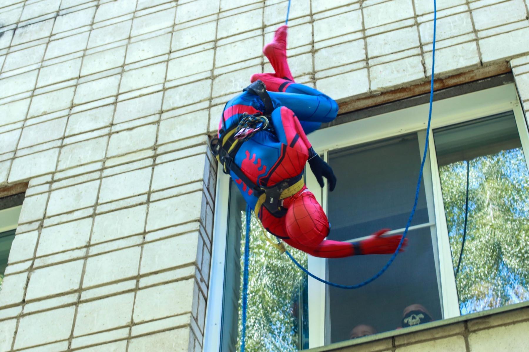 Фото Тук-тук, к вам Человек-паук: супергерой спустился с крыши к больным онкологией детям в Новосибирске 4
