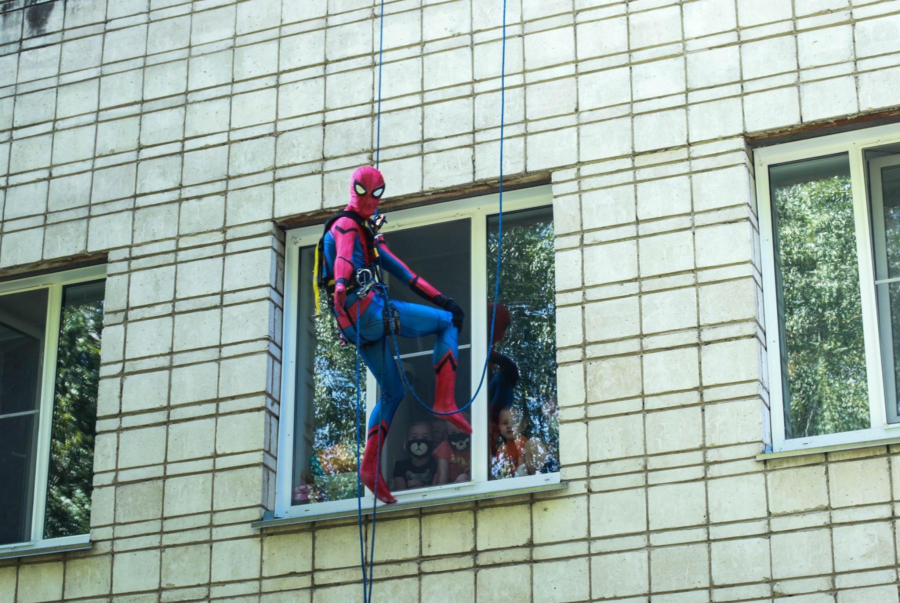 Фото Тук-тук, к вам Человек-паук: супергерой спустился с крыши к больным онкологией детям в Новосибирске 5