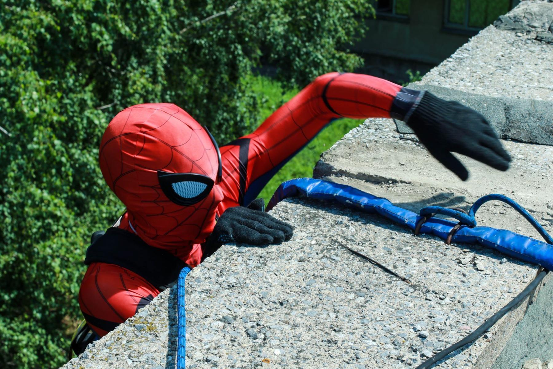 Фото Тук-тук, к вам Человек-паук: супергерой спустился с крыши к больным онкологией детям в Новосибирске 2