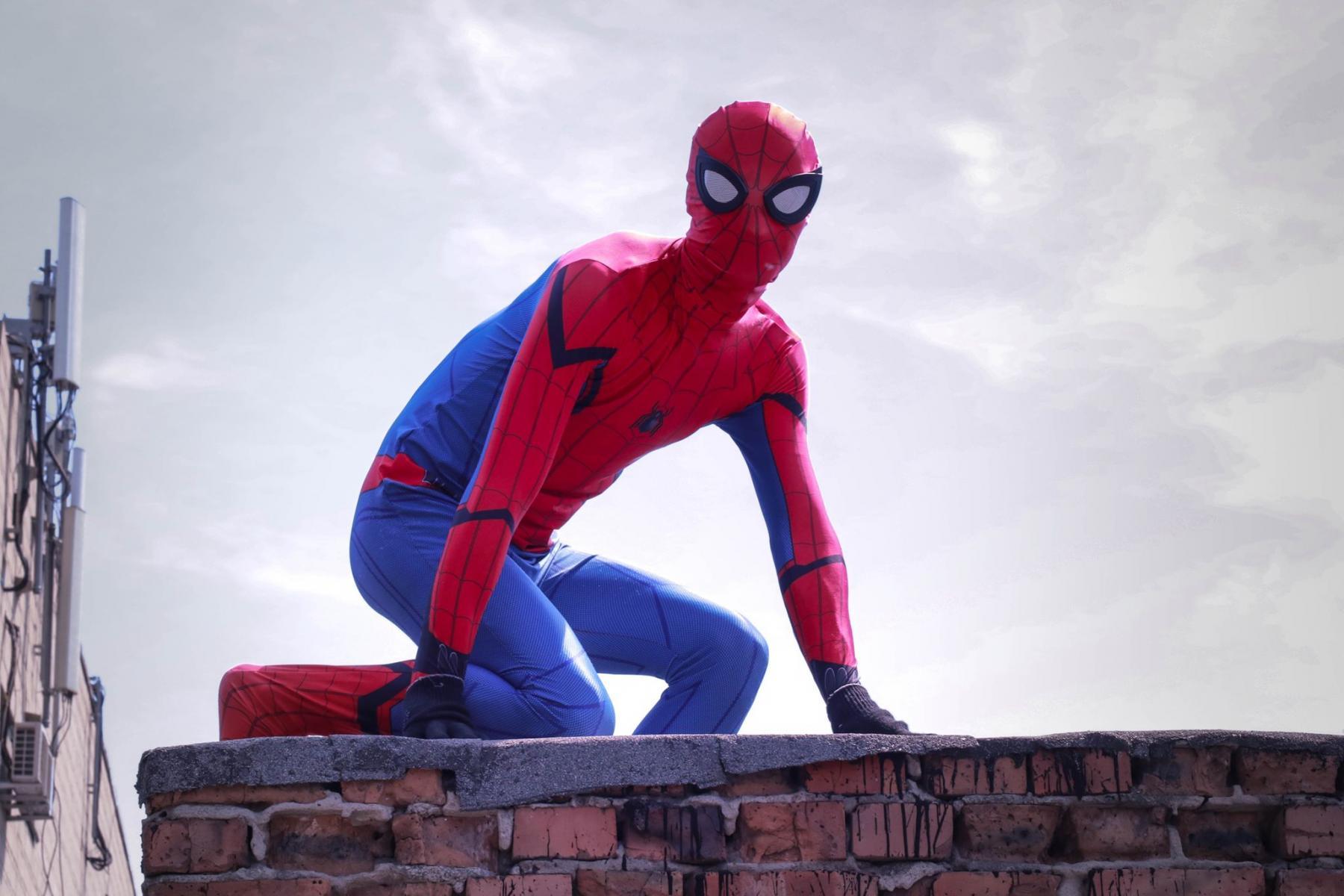 Фото Тук-тук, к вам Человек-паук: супергерой спустился с крыши к больным онкологией детям в Новосибирске 3