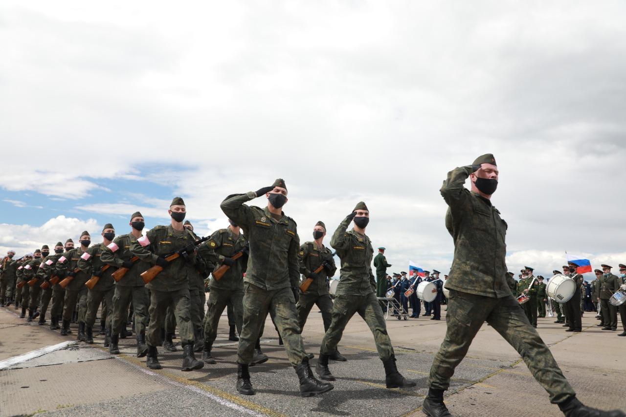 Фото При полном параде: лучшие кадры с закрытой репетиции военных в Новосибирске 6