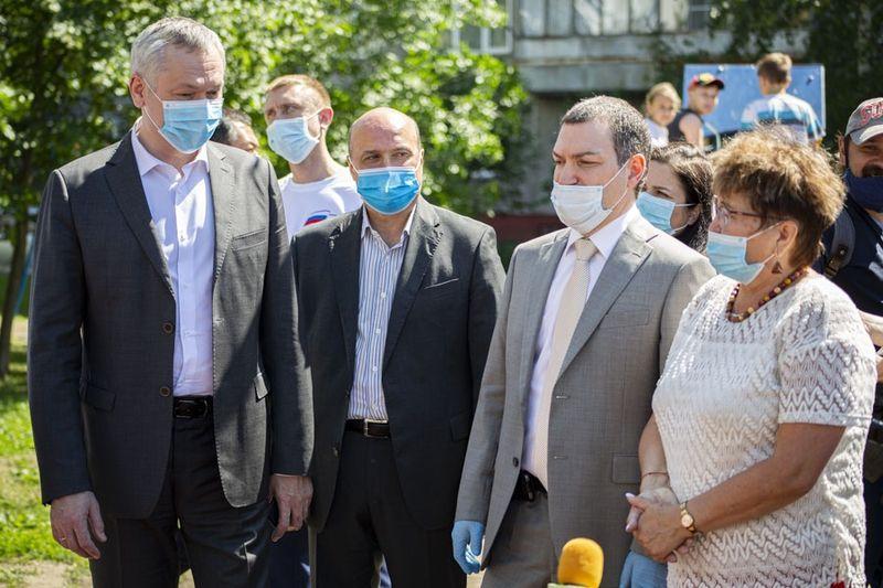 фото Проверка на долговечность: депутаты горсовета вместе с губернатором оценили благоустройство в Кировском районе 6