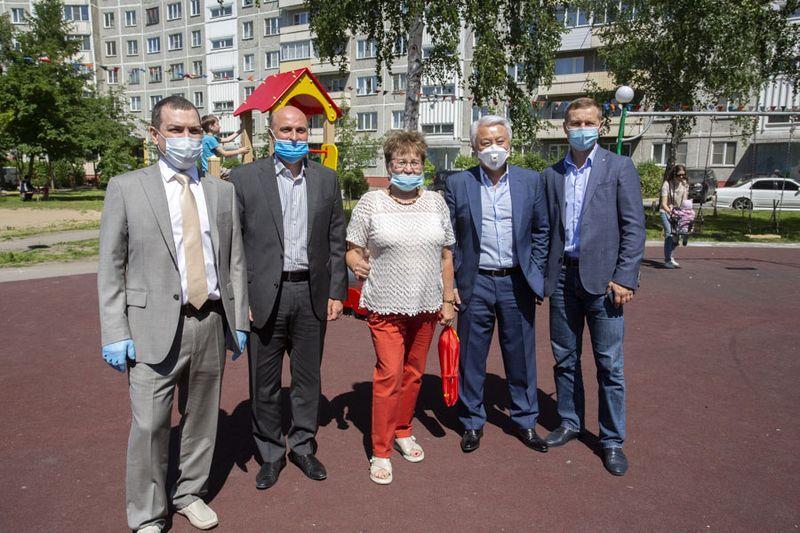 фото Проверка на долговечность: депутаты горсовета вместе с губернатором оценили благоустройство в Кировском районе 3