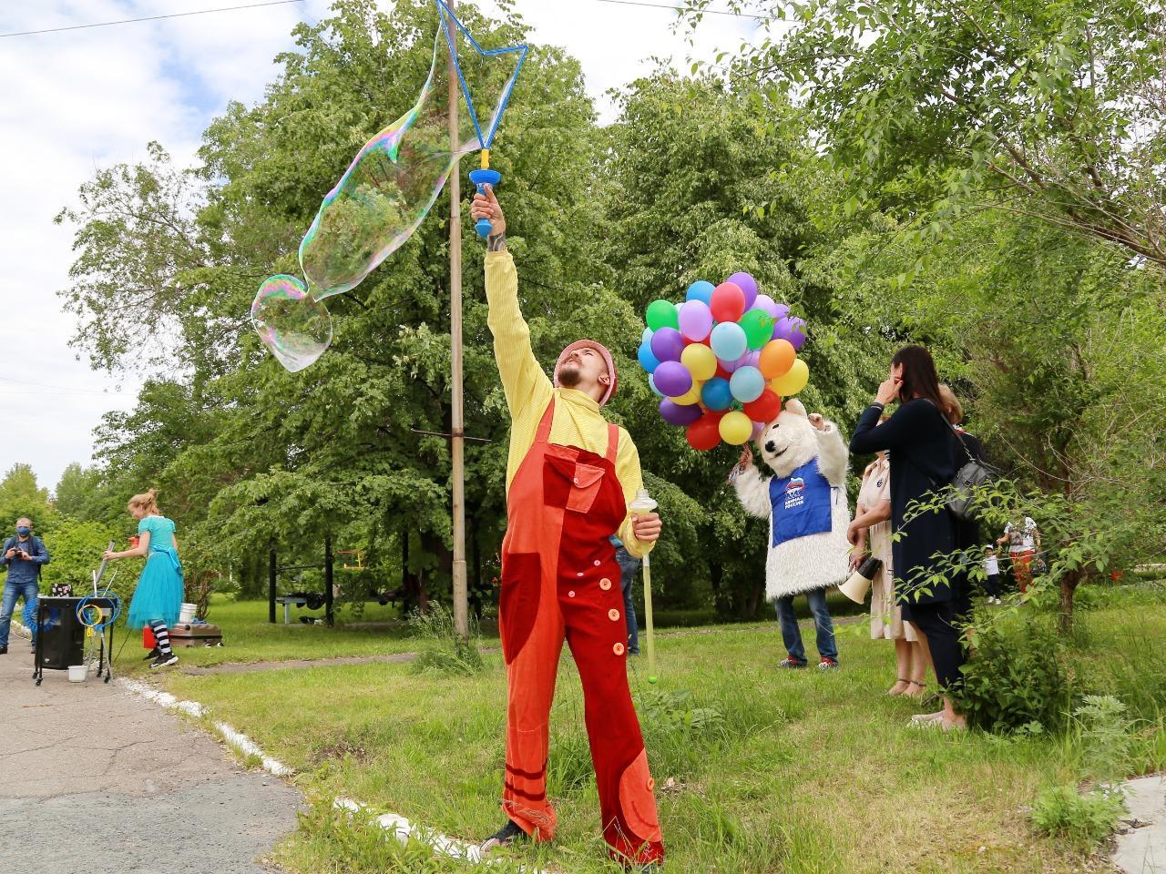 фото Праздник с мыльными пузырями и воздушными шарами устроили для детей с коронавирусом в Новосибирске 5