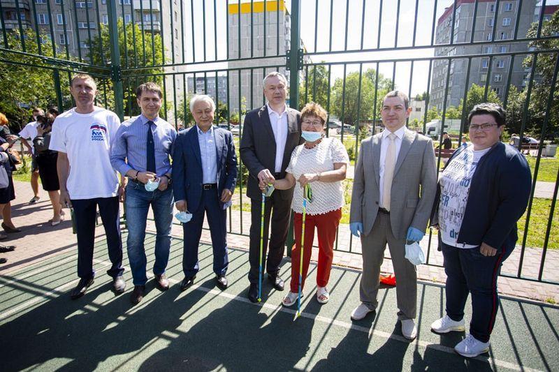фото Проверка на долговечность: депутаты горсовета вместе с губернатором оценили благоустройство в Кировском районе 5