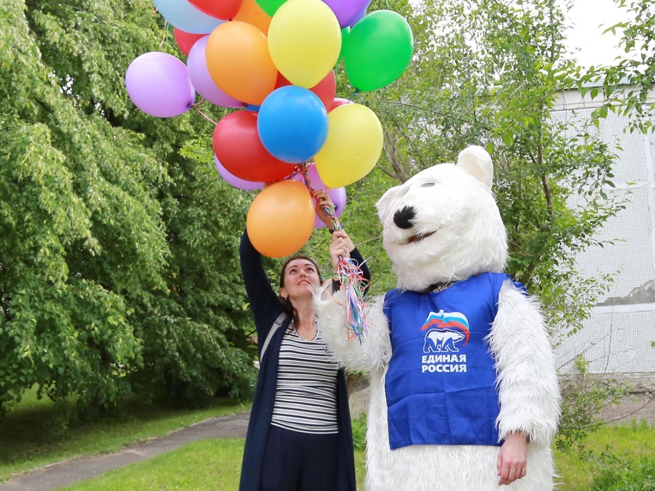 фото Праздник с мыльными пузырями и воздушными шарами устроили для детей с коронавирусом в Новосибирске 3