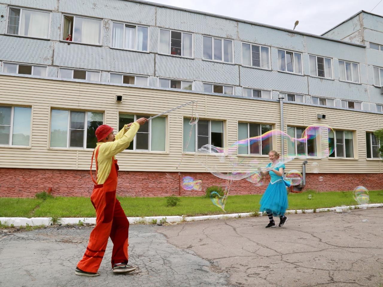 фото Праздник с мыльными пузырями и воздушными шарами устроили для детей с коронавирусом в Новосибирске 2
