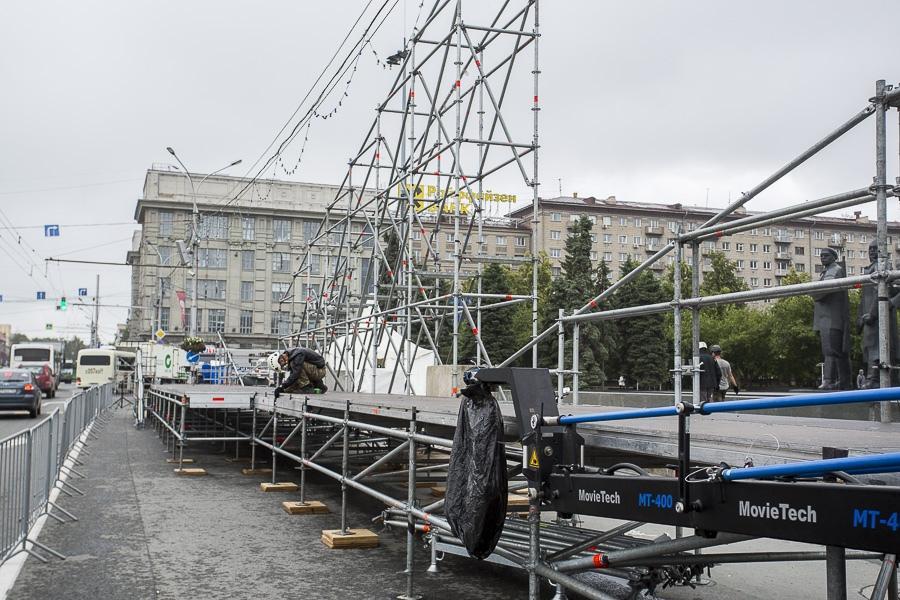 фото На площади Ленина в Новосибирске начали монтировать трибуну для 29 зрителей парада Победы 15