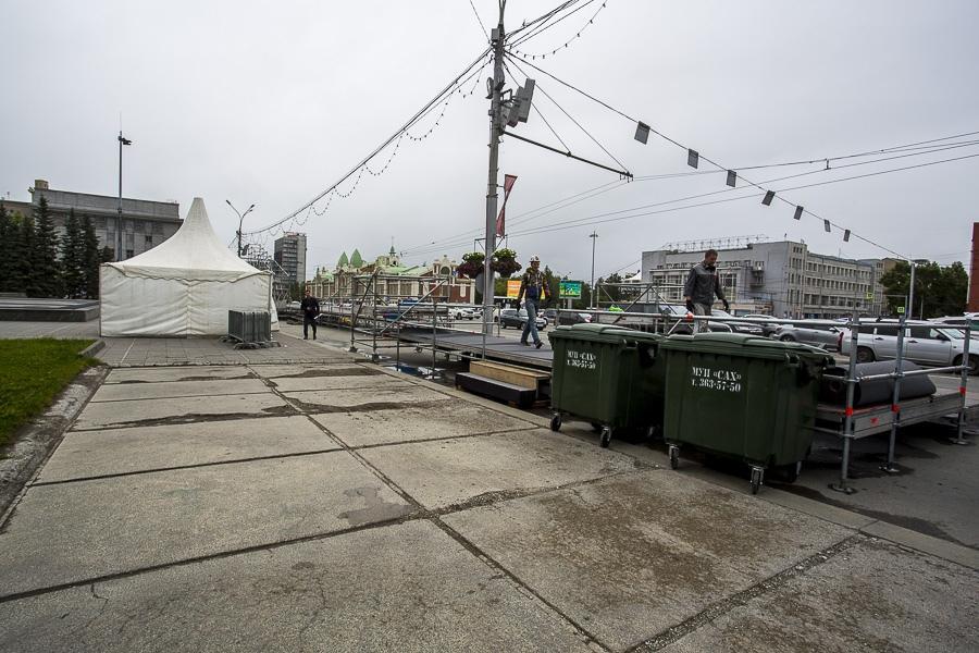 фото На площади Ленина в Новосибирске начали монтировать трибуну для 29 зрителей парада Победы 2