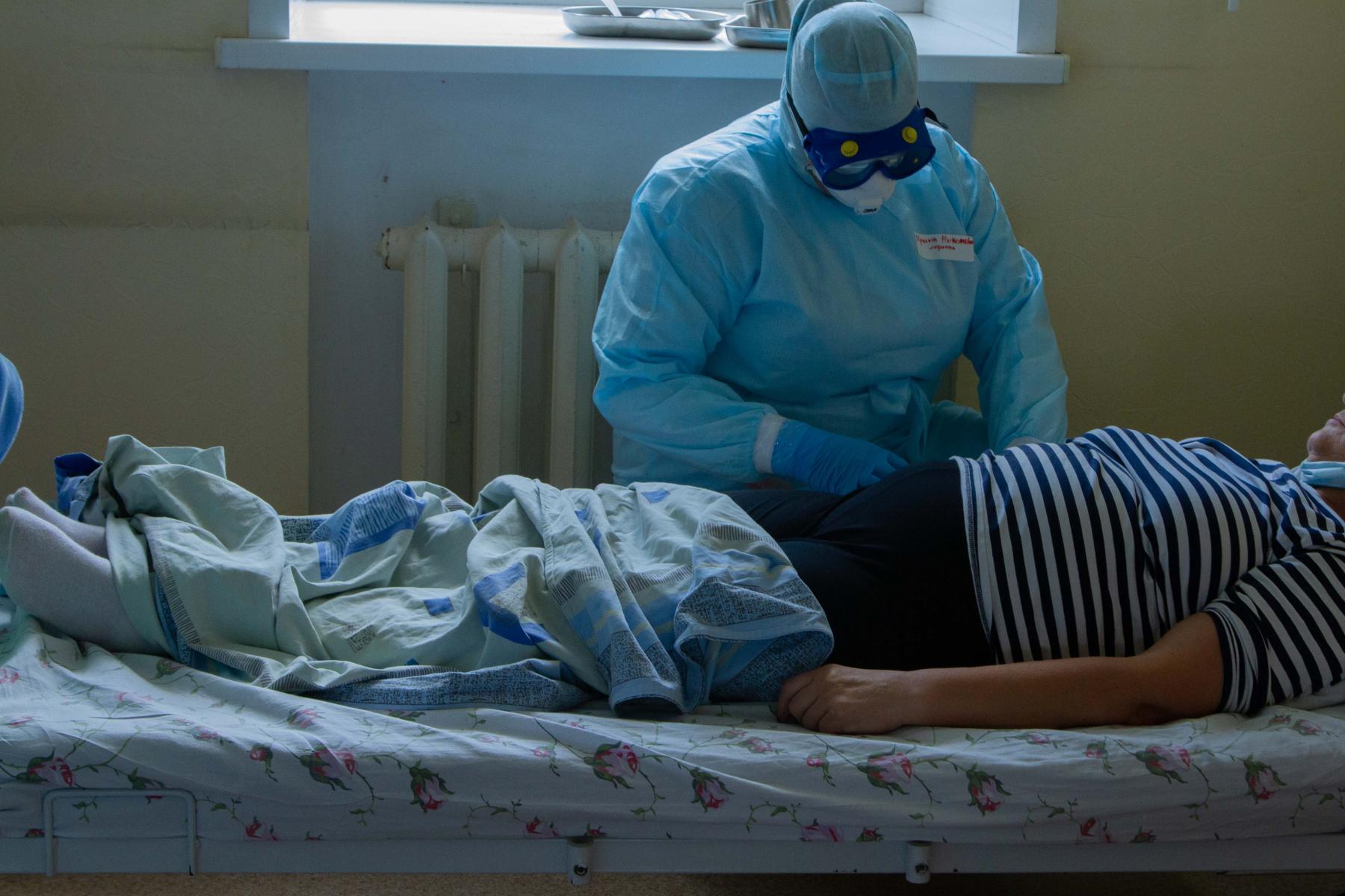 Фото Дышат с помощью аппарата: ещё 4 человек с коронавирусом за сутки подключили к ИВЛ в Новосибирске 2