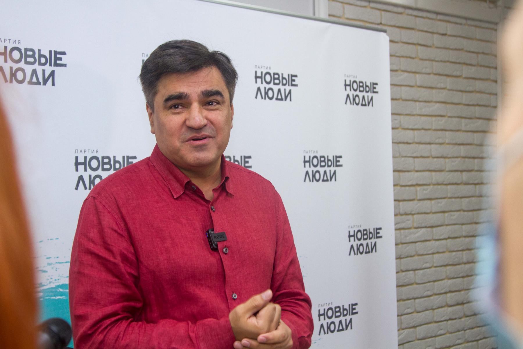 фото С фуршетом и без социальной дистанции: политическая партия устроила большую пресс-конференцию во время пандемии в Новосибирске 5