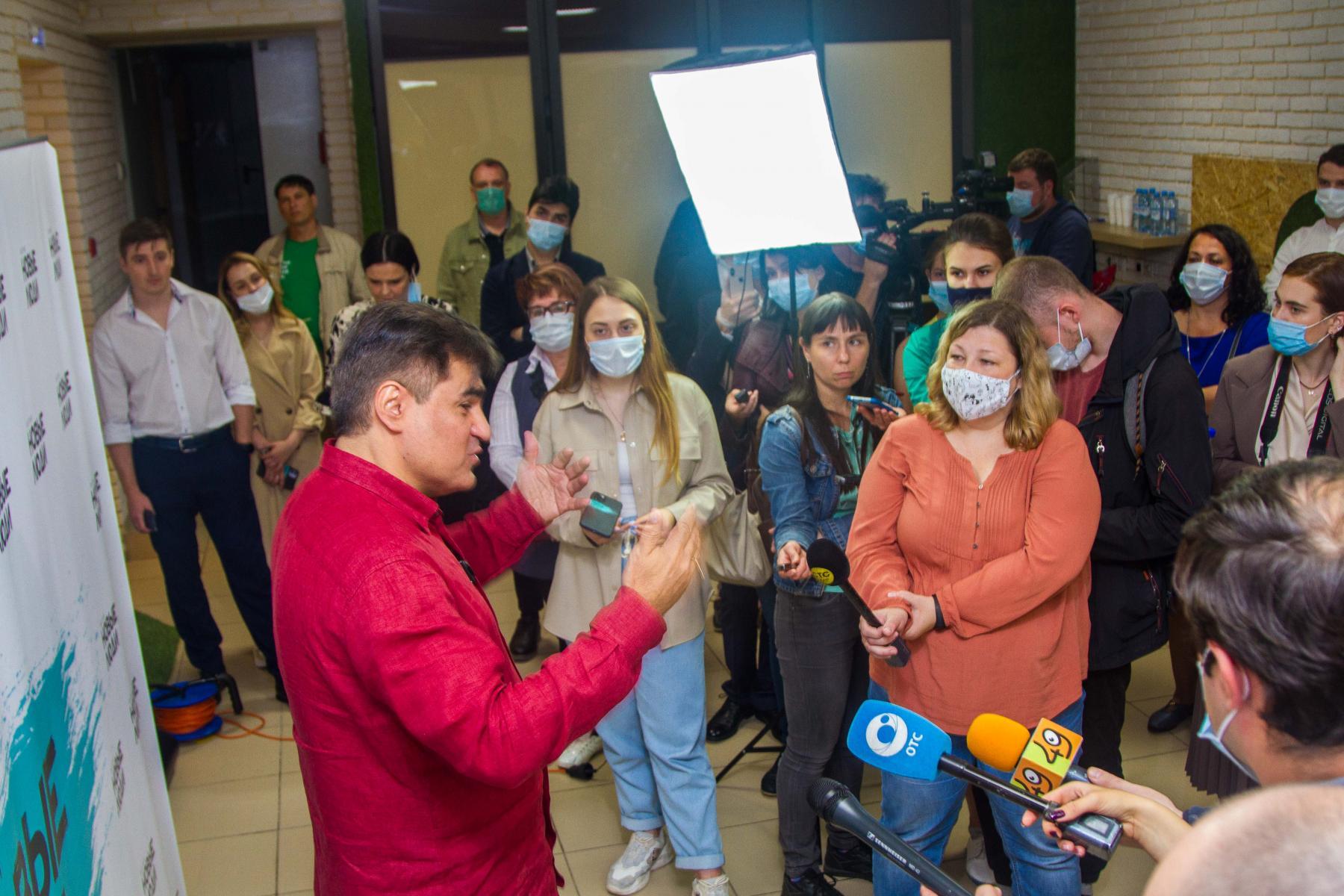 фото С фуршетом и без социальной дистанции: политическая партия устроила большую пресс-конференцию во время пандемии в Новосибирске 4