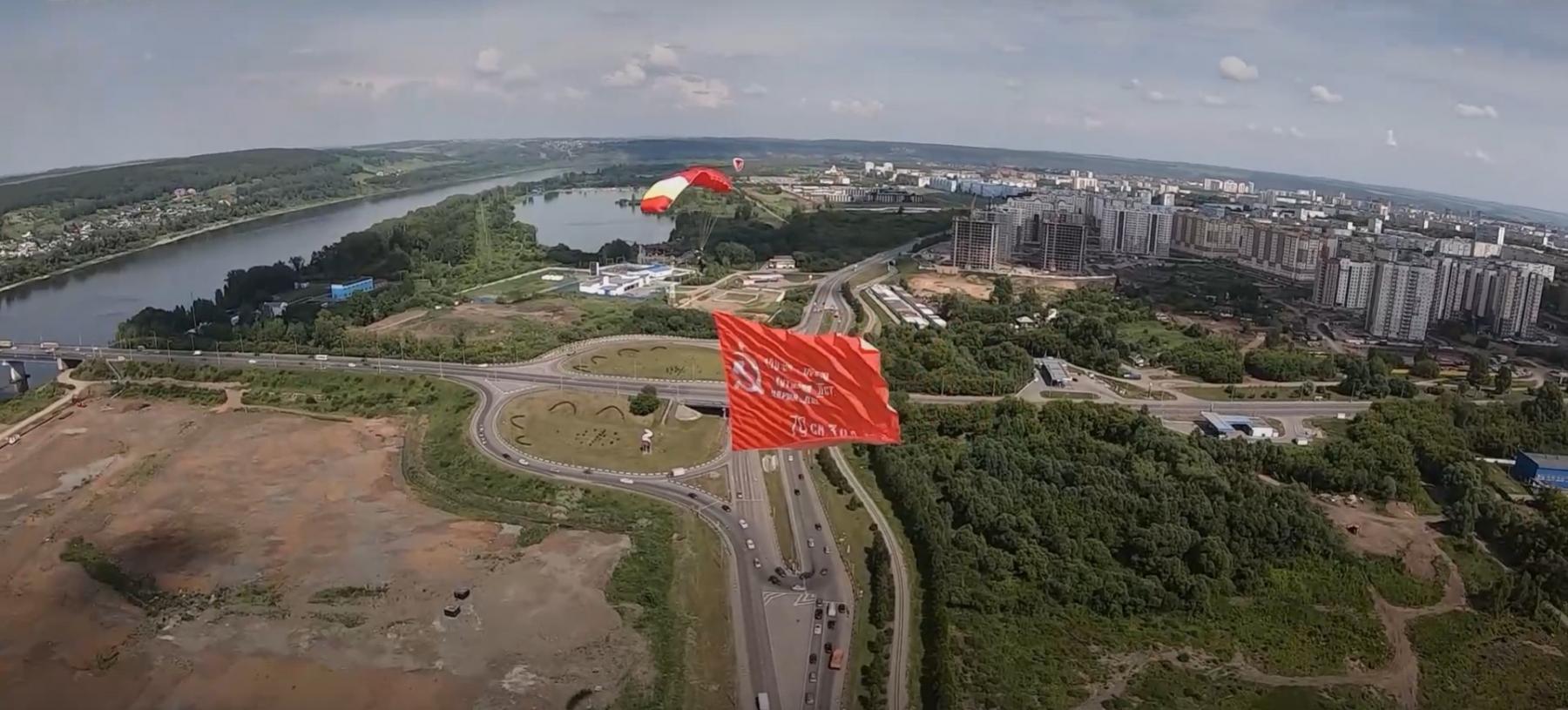 фото В Кемерово установили рекорд России, выстроив 300 автомобилей в число 75 к параду Победы 5