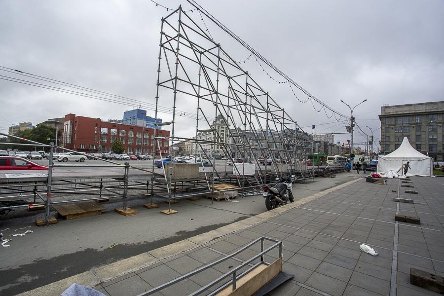 фото На площади Ленина в Новосибирске начали монтировать трибуну для 29 зрителей парада Победы 17