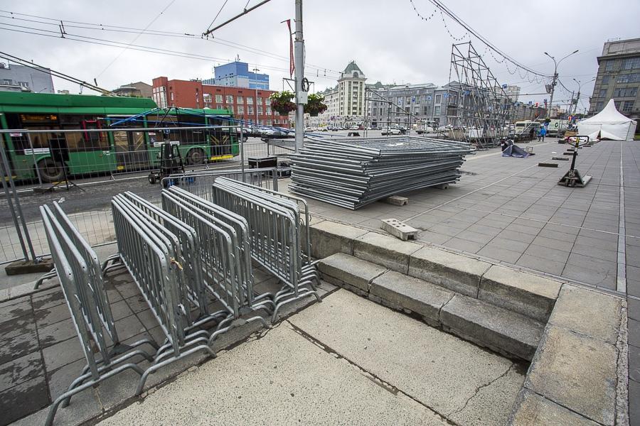 фото На площади Ленина в Новосибирске начали монтировать трибуну для 29 зрителей парада Победы 10