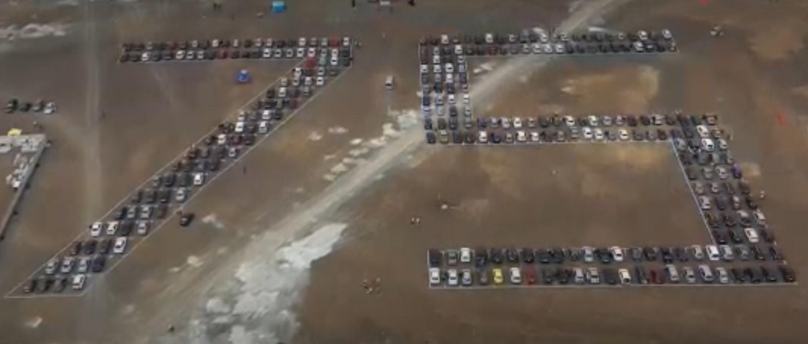 фото В Кемерово установили рекорд России, выстроив 300 автомобилей в число 75 к параду Победы 2