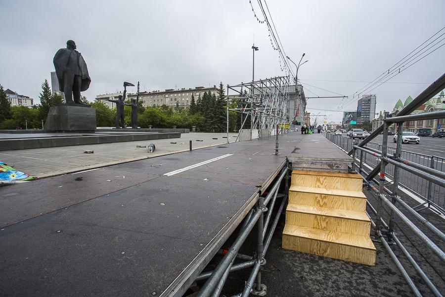 фото На площади Ленина в Новосибирске начали монтировать трибуну для 29 зрителей парада Победы 18