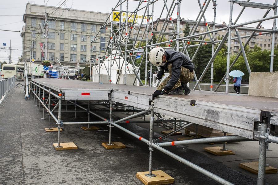 фото На площади Ленина в Новосибирске начали монтировать трибуну для 29 зрителей парада Победы 14