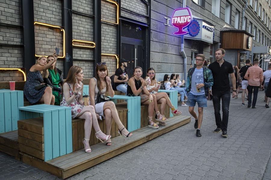 фото Не поесть, так хоть потусить: новосибирцы «самоизолировались» рядом с летними кафе 7
