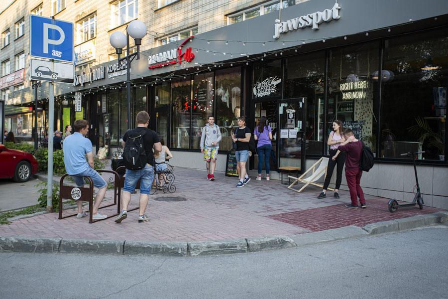 фото Не поесть, так хоть потусить: новосибирцы «самоизолировались» рядом с летними кафе 2