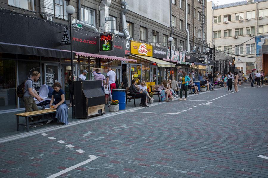 фото Не поесть, так хоть потусить: новосибирцы «самоизолировались» рядом с летними кафе 3