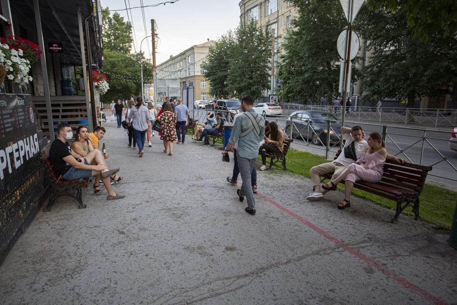 фото Не поесть, так хоть потусить: новосибирцы «самоизолировались» рядом с летними кафе 8