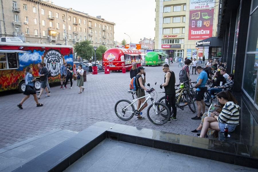 фото Не поесть, так хоть потусить: новосибирцы «самоизолировались» рядом с летними кафе 9