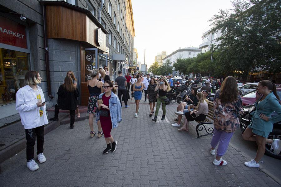 фото Не поесть, так хоть потусить: новосибирцы «самоизолировались» рядом с летними кафе 6