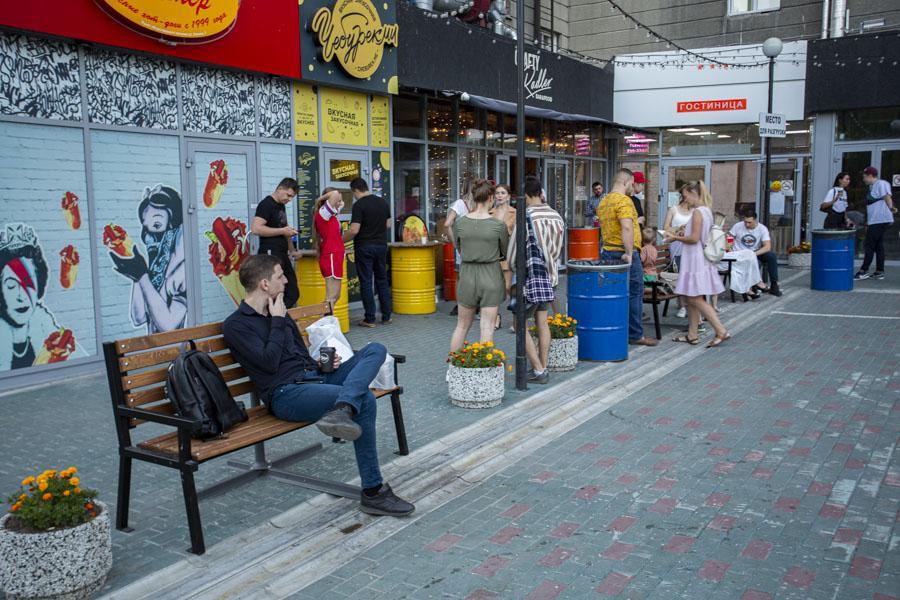 фото Не поесть, так хоть потусить: новосибирцы «самоизолировались» рядом с летними кафе 5