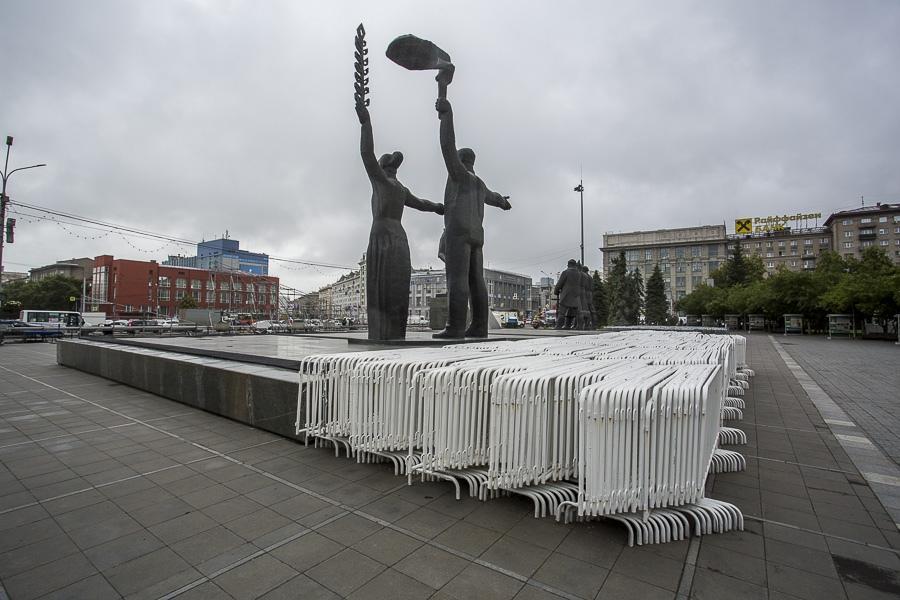фото На площади Ленина в Новосибирске начали монтировать трибуну для 29 зрителей парада Победы 11