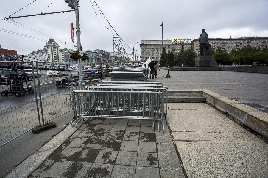 фото На площади Ленина в Новосибирске начали монтировать трибуну для 29 зрителей парада Победы 16