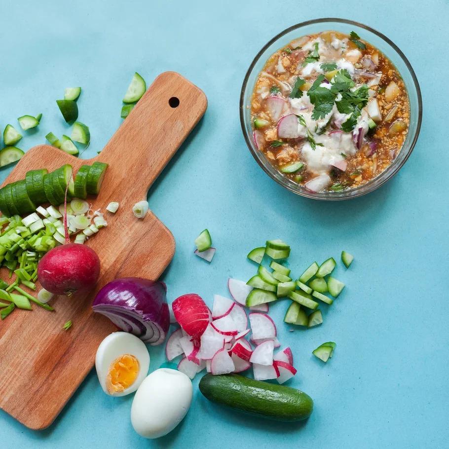 Фото Квас, айран или йогурт: назван самый популярный рецепт окрошки в России 3