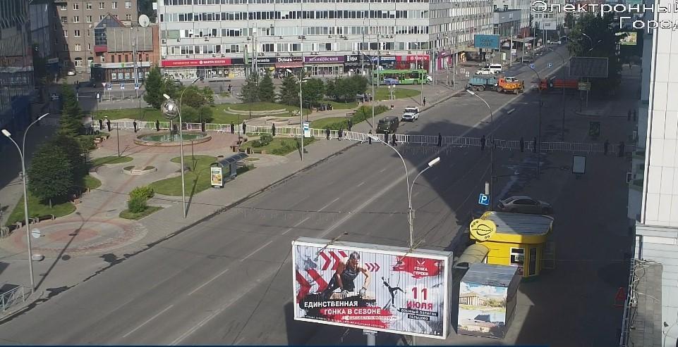фото Меняйте маршрут: в Новосибирске перекрыли все подъезды к площади Ленина 2