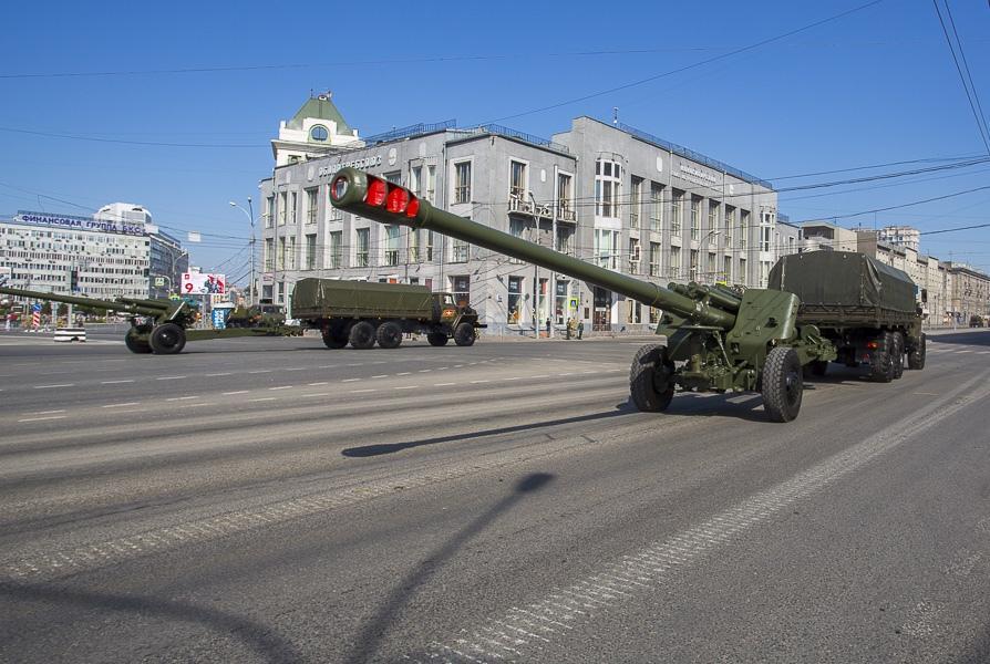 фото Танки парада Победы снова повредили асфальт в центре Новосибирска 4