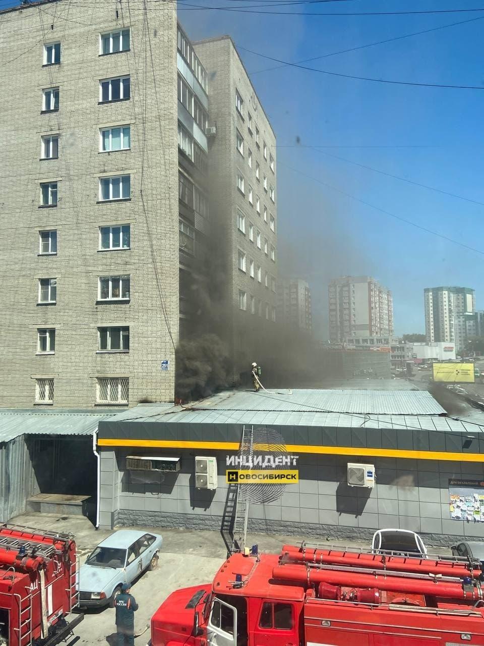 фото Покупателей вывели из супермаркета из-за пожара на крыше в Новосибирске 3