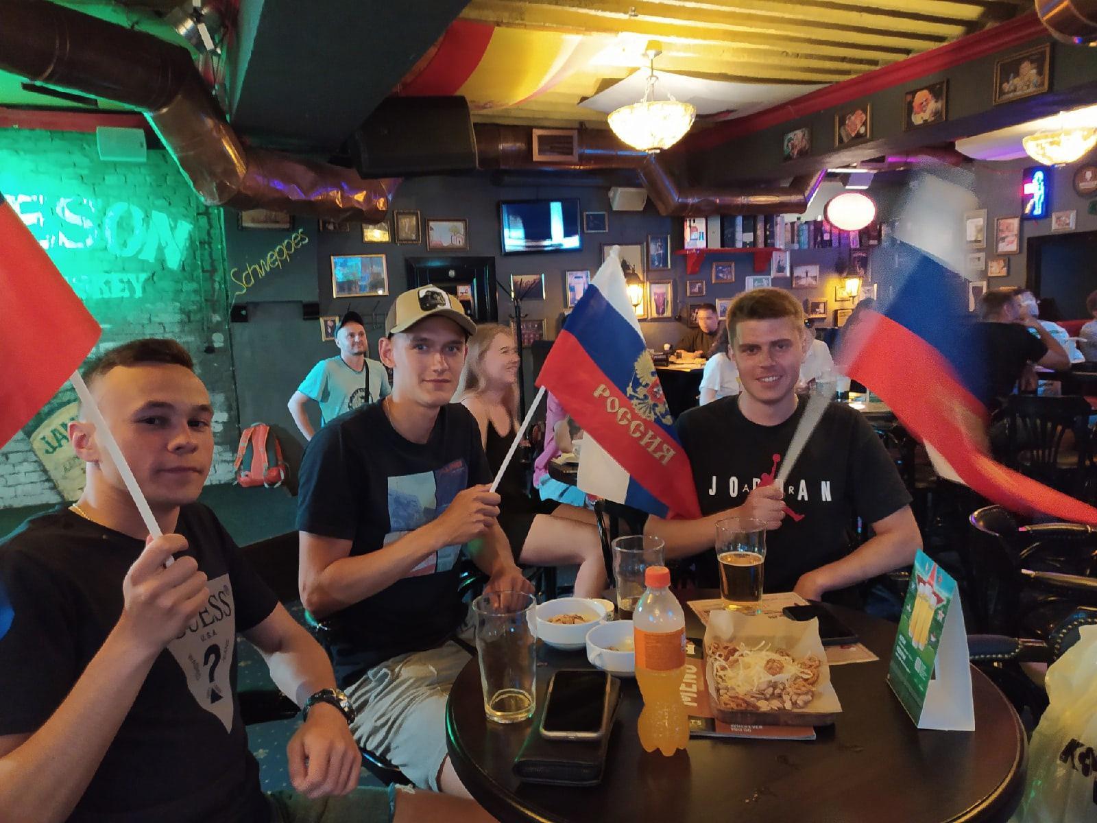 Фото Болельщики Новосибирска собрались поддержать российскую сборную по футболу 3