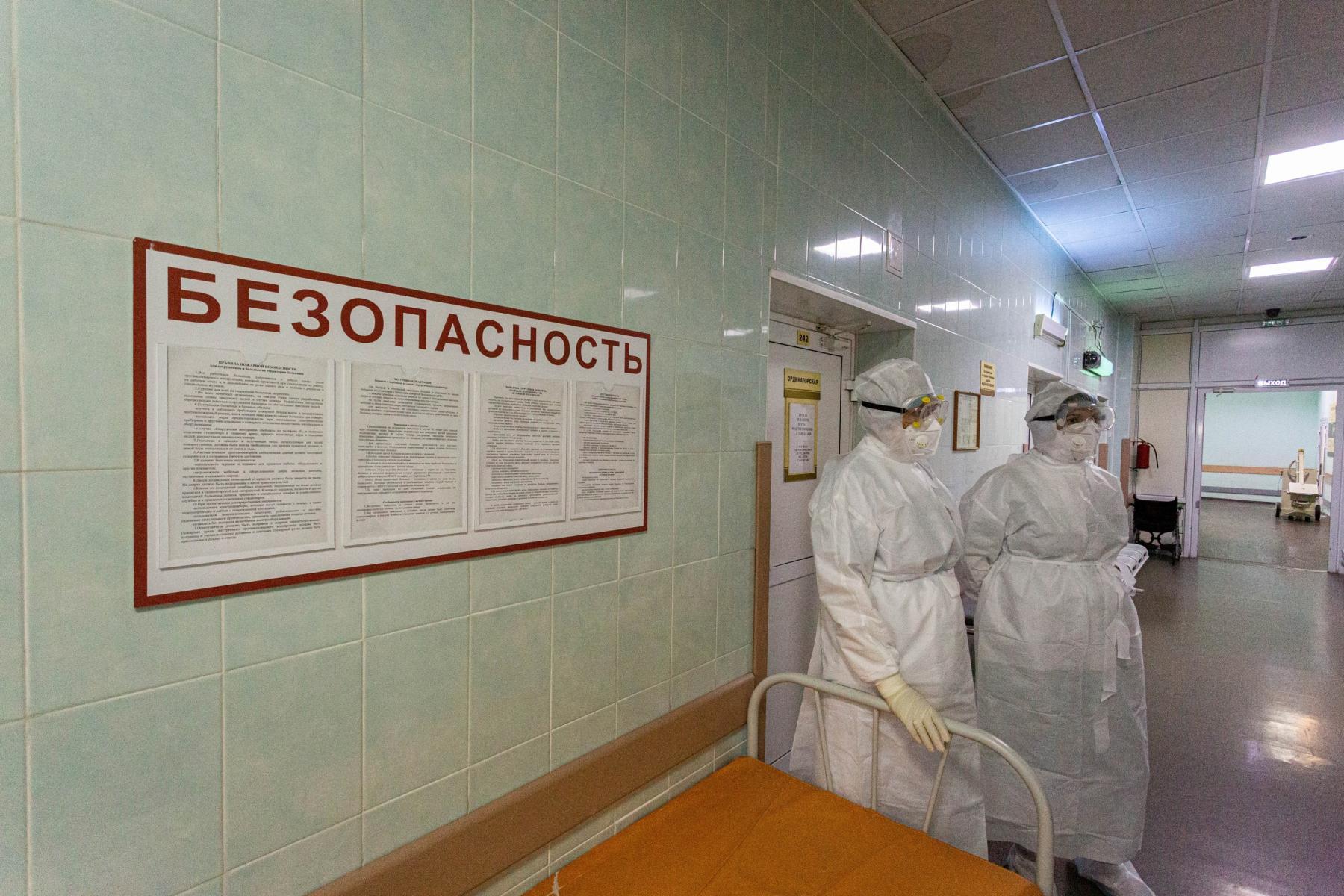Фото «Пациенты лежат на животе по 14-16 часов в сутки»: врачи провели экскурсию по коронавирусному госпиталю Новосибирска 6