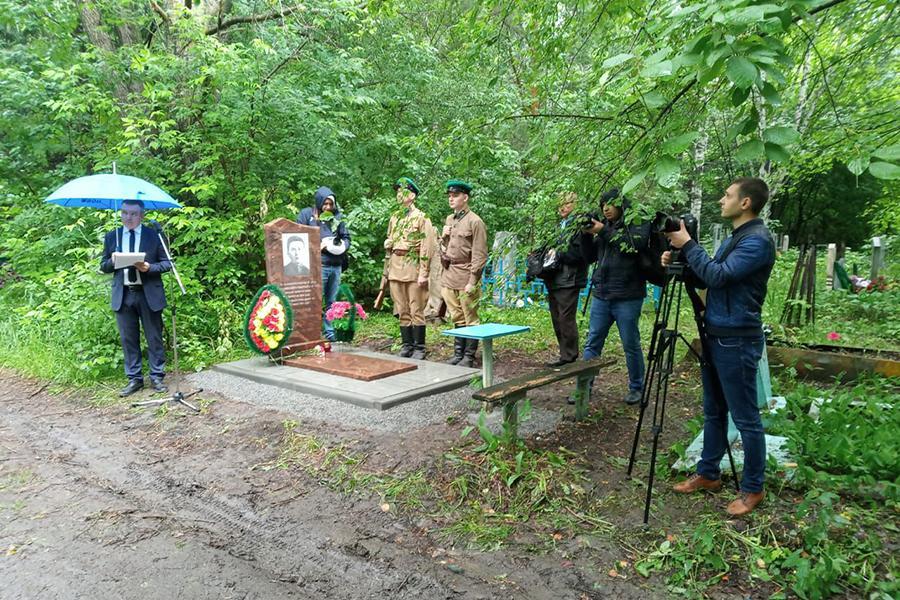 Фото В память о герое Бреста: на могиле ветерана войны Ивана Черняева установили новый памятник 4
