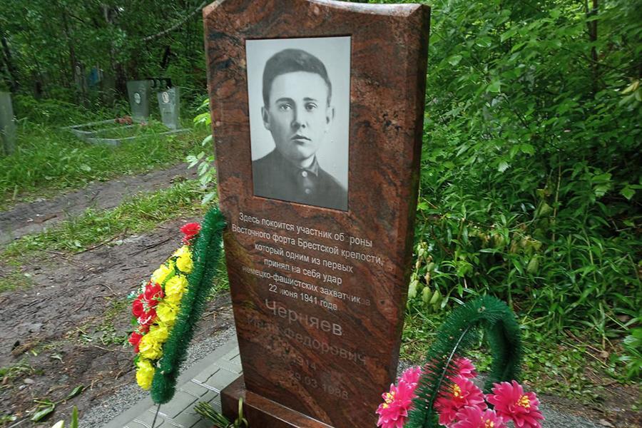 Фото В память о герое Бреста: на могиле ветерана войны Ивана Черняева установили новый памятник 5