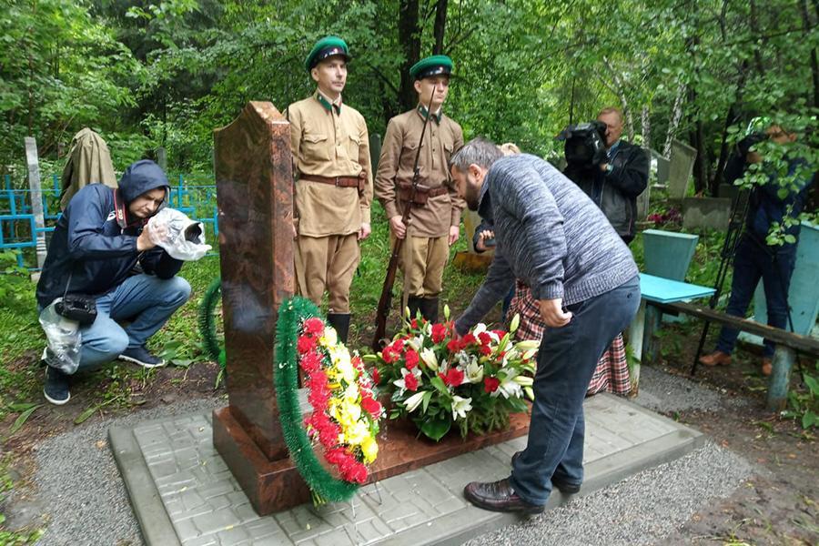 Фото В память о герое Бреста: на могиле ветерана войны Ивана Черняева установили новый памятник 3